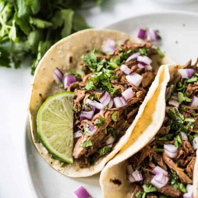 Dit Mexicaanse Barbacoa Recept wordt gemaakt in de slow cooker of Instant Pot voor gemakkelijk en smaakvol versnipperd rundvlees dat kan worden geserveerd in taco's, salades, burrito's en meer! (glutenvrij, low carb, paleo)